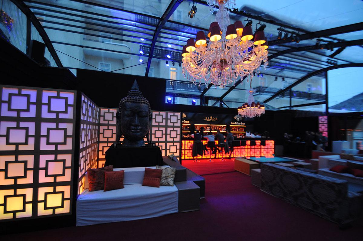 L'allestimento realizzato per l'Hotel Rixos a Davos per il World Economic Forum: tenda Whitent crystal struttura nera con Buddha Bar interno, divani in ecopelle, bar, pareti retroilluminate, lampadari a goccia, riscaldamento