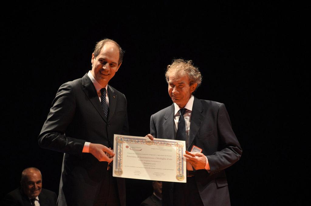 Domenico Ferraro, titolare di Ferraro allestimenti riceve il Premio Progresso economico per aver contribuito con l'attivita' d'impresa allo sviluppo economico e sociale del territorio.