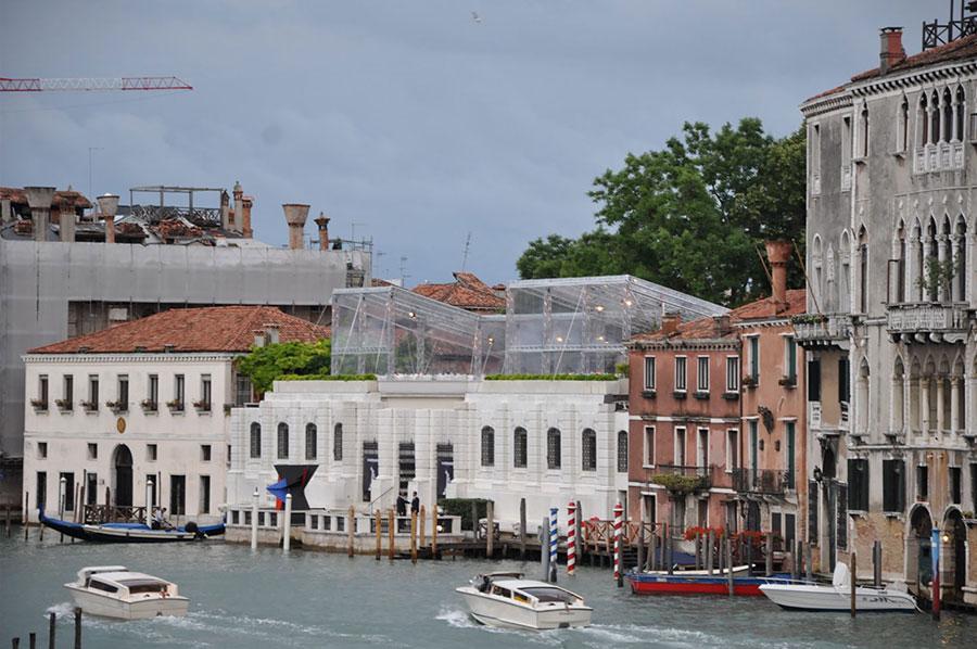 Ferraro allestimenti per cena Guggenheim Venezia con teli crystal e struttura con americane, tavoli, mise en place, illuminazione elegante
