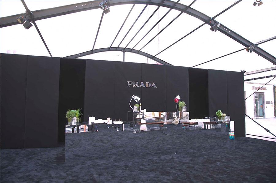 Allestimento Ferraro per Prada con whitent teli crystal e struttura, moquette, pannelli neri